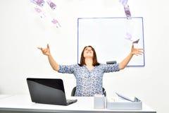 Os lances morenos felizes da menina no ar faturam 500 euro Conceito do sucesso de uma jovem mulher Imagens de Stock Royalty Free