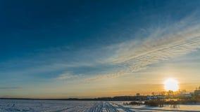 Os lapsos de tempo bonitos com queda de neve bonita, regaços do inverno do tempo chamaram a água congelada no inverno, o moviment filme
