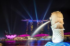 Os lasers coloridos levantam Marina Bay Harbor de Singapura na noite Foto de Stock Royalty Free