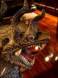 Os leões são feitos da madeira e decorados com as gemas multi-coloridas de Fotografia de Stock