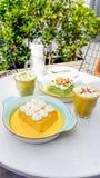 Os leches de Tres do açafrão e do pistache endurecem e copo do cappuccino Imagens de Stock Royalty Free