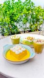 Os leches de Tres do açafrão e do pistache endurecem e copo da sagacidade do cappuccino Imagem de Stock Royalty Free