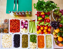 Os legumes frescos de barra de salada cortaram a pimenta doce de tomate de cereja do pepino do aipo da cenoura do tomate da vista Foto de Stock Royalty Free