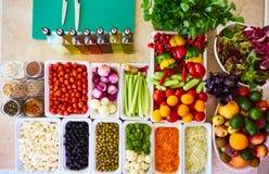 Os legumes frescos de barra de salada cortaram a pimenta doce de tomate de cereja do pepino do aipo da cenoura do tomate da vista Fotografia de Stock