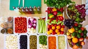 Os legumes frescos de barra de salada cortaram a pimenta doce de tomate de cereja do pepino do aipo da cenoura do tomate da vista Fotografia de Stock Royalty Free