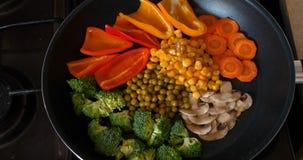 Os legumes frescos deliciosos são cozidos em uma bandeja, alimento para vegetarianos em casa vídeos de arquivo