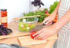 Os legumes frescos na placa de corte estão caindo no potenciômetro, conceito do cozimento Imagens de Stock