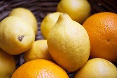 Os limões e as laranjas fecham-se acima Foto de Stock