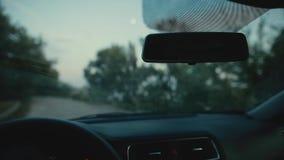 Os limpadores do carro lavam uma janela, incluindo o áudio original vídeos de arquivo