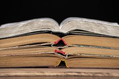Os livros abertos encontram-se sobre se na tabela Biblioteca, educação Lugar vazio para o texto foto de stock royalty free