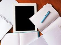 Os Livros Brancos na tabela estão no escritório Imagens de Stock