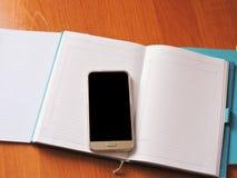 Os Livros Brancos na tabela estão no escritório Imagens de Stock Royalty Free