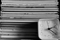 Os livros e o allarm cronometram em preto e branco fotografia de stock