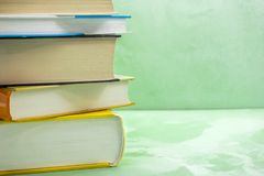 Os livros empilham na cadeira de madeira para o negócio, educação de volta ao conceito da escola fotografia de stock royalty free