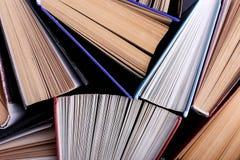 Os livros estão estando aleatoriamente O fundo do livro, conhecimento é poder fotos de stock