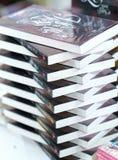 Os livros na biblioteca são arranjados nas escadas que simbolizam povos nivelados do conhecimento Fotografia de Stock