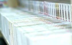 Os livros na biblioteca são arranjados nas escadas que simbolizam povos nivelados do conhecimento Foto de Stock