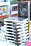 Os livros na biblioteca são arranjados nas escadas que simbolizam povos nivelados do conhecimento Fotografia de Stock Royalty Free