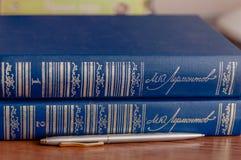 Os livros na tabela fotografia de stock