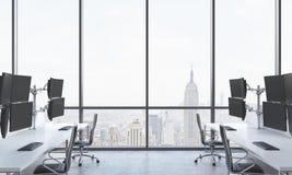 Os locais de trabalho de um comerciante moderno em um escritório moderno brilhante do espaço aberto Tabelas brancas equipadas com Fotografia de Stock