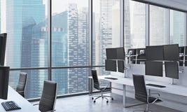 Os locais de trabalho de um comerciante moderno em um escritório moderno brilhante do espaço aberto Tabelas brancas equipadas com Fotos de Stock