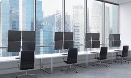 Os locais de trabalho de um comerciante moderno em um escritório moderno brilhante do espaço aberto Tabelas brancas equipadas com Imagens de Stock