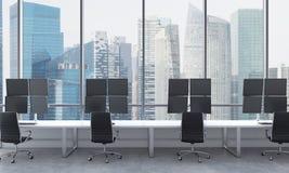 Os locais de trabalho de um comerciante moderno em um escritório moderno brilhante do espaço aberto Tabelas brancas equipadas com Fotografia de Stock Royalty Free