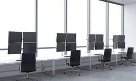 Os locais de trabalho de um comerciante moderno em um escritório moderno brilhante do espaço aberto Tabelas brancas equipadas com Fotos de Stock Royalty Free