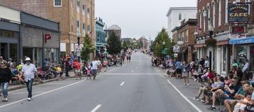 Os Locals começam alinhar a rua para o festival da lagosta Imagem de Stock