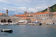 Os Locals e os turistas são são chegados pelo barco a Dubrovnik Imagem de Stock Royalty Free