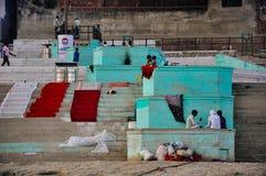 Os Locals penduram para fora em um ghat em Varanasi, Índia Foto de Stock
