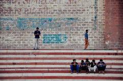 Os Locals penduram para fora em um ghat em Varanasi, Índia Imagens de Stock Royalty Free