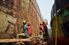Os Locals são navio de reparação em Dhaka Imagens de Stock Royalty Free