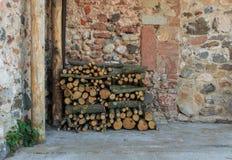 Os logs de madeira jorram pedido para o próximo inverno imagens de stock