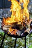 Os logs que queimam-se em um fogo Pit- chamas douradas grandes Fotos de Stock Royalty Free