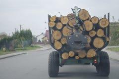 Os logs são empilhados sobre se no carro fotos de stock
