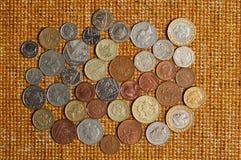 Os lotes da moeda britânica encontram-se em um fundo estrutural bonito Fotografia de Stock Royalty Free