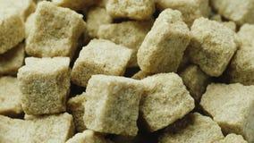 Os lotes de cubos do açúcar mascavado estão girando video estoque