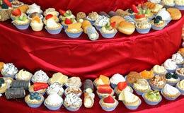 Os lotes do bolo com creme e fruto durante o casamento almoçam no th Imagens de Stock