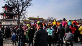 Os lotes do relógio local Shehuo das audiências mostram no condado de Yu, China video estoque
