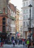 Os lotes dos povos, turistas, clientes dos londrinos no Leicester esquadram Conceito povoado da cidade Londres, Reino Unido fotos de stock royalty free