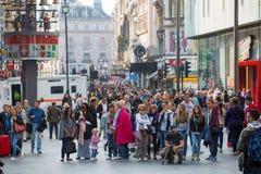 Os lotes dos povos, turistas, londrinos no Leicester esquadram Conceito povoado da cidade Londres, Reino Unido imagens de stock royalty free