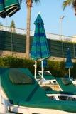 Os lotes esvaziam loungers do sol Fotografia de Stock