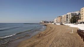 Os loucos do Los encalham a Espanha de Torrevieja com as ondas que dobram a areia filme