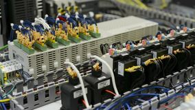 Os módulos, os interruptores, os relés e os cabos bondes são montados na placa de circuito vídeos de arquivo