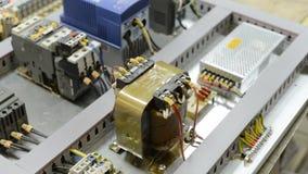 Os módulos, os interruptores, os relés e os cabos bondes são montados na placa de circuito filme