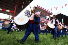 Os músicos aciganados executam na cerimônia de inauguração do festival turco da luta romana do óleo de Kirkpinar em Edirne em Tur Fotografia de Stock Royalty Free