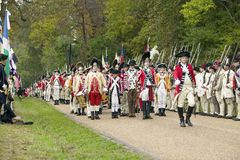 Os músicos britânicos marcham no campo da rendição no 225th aniversário da vitória em Yorktown, um reenactment do cerco de York Imagens de Stock