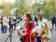 Os músicos da rua cantam a música no meio da rua Rússia, Krasnodar, outubro 7,2018 imagens de stock royalty free