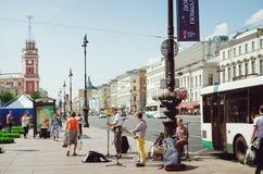 Os músicos da rua dão uma apresentação em Nevsky Prospekt em St Petersburg fotografia de stock